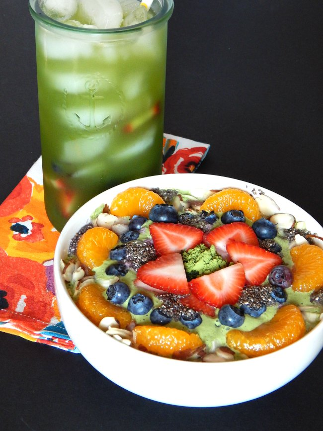 Ujido matcha drink and smoothie bowl on www.sugarbananas.com